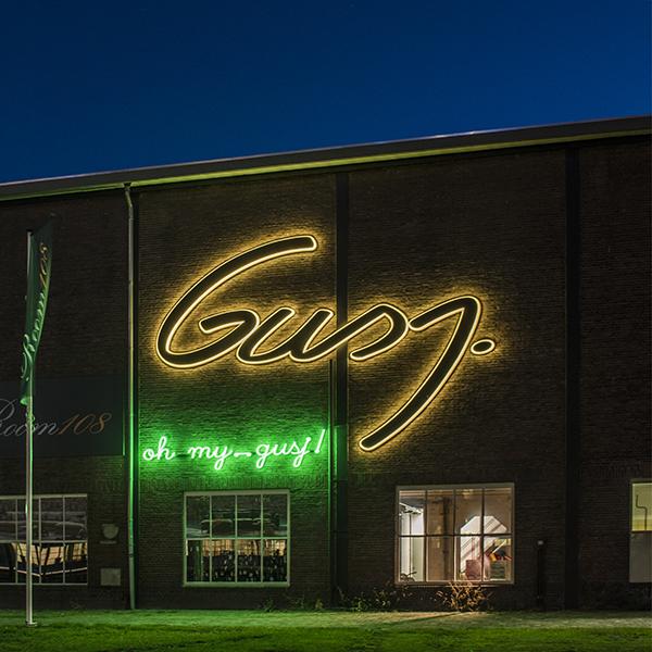 Neon lichtreclame Gusj Market - drieluik